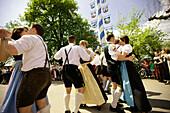 Paare tanzen am Maibaum, Ammerland, Münsing, Bayern, Deutschland