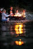 Kinder grillen am Seeufer, Starnberger See, Bayern, Deutschland