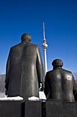 Schneelandschaft beim Marx Engels  Denkmal  in Berlin Mitte, HG Alex