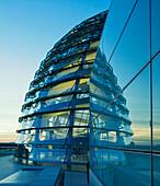 Reichstag, Dachterasse mit  Kuppel bei Daemmerung ,Spiegelung,  Berlin