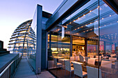 Berlin, Reichstag, Dachterasse Kuppel bei Daemmerung , Restaurant Kaefer