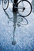 Aussen, Boden, Böden, Detail, Details, Draussen, Fahrrad, Fahrräder, Farbe, Konzept, Konzepte, Laterne, Laternen, Lichter, Melancholie, Nass, Oberfläche, Oberflächen, Reflektion, Reflektionen, Regen, Spiegelbild, Spiegelbilder, Spiegelung, Städtisch, Stra