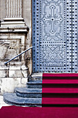 Aussen, Detail, Details, Draussen, Eingang, Eingänge, Elegant, Eleganz, Farbe, Geschlossen, Kirche, Kirchen, Konzept, Konzepte, Reich verziert, Stufe, Stufen, Tageszeit, überladen, Zeremonie, Zeremonien, D56-720923, agefotostock