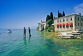 Blick auf das Restaurant Locanda San Vigilio am Seeufer, Punta San Vigilio, Gardasee, Venetien, Italien, Europa
