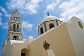 Kirchturm unter Wolkenhimmel, Fira, Santorin, Kykladen, Griechenland, Europa