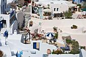 Terrassen im Sonnenlicht, Oia, Santorin, Kykladen, Griechenland, Europa