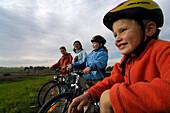Family on a bike tour in Murnauer Moos, near Murnau, Upper Bavaria, Bavaria, Deutschland