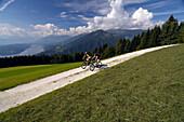 Paar beim Mountainbiken oberhalb des Millstätter See, Kärnten, Österreich, Europa