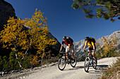 Mountainbiken im herbstlichen Karwendel, Nahe Scharnitz, Tirol, Österreich, Europa