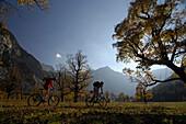 Mountainbiken im herbstlichen Karwendel, Großer Ahornboden, Eng, Tirol, Österreich, Europa