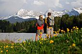 Paar, am Seeufer, Blick in die Landschaft, Geroldsee, nahe Klais, Werdenfelser Land, Oberbayern, Bayern, Deutschland, Europa
