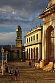 Blick auf den Turm der ehemaligen Kirche San Francisco de Asis (heute: Museo Nacional de la Lucha Contra Bandidos), Trinidad, Sancti Spiritus, Kuba, Tourismus, Reiseziel, Reise, Sancti Spíritus, Sancti Spiritus, Sancti, Spíritus, Spiritus, Kuba, Trinidad,