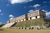 Mexico, Yucatan, Uxmal, Palacio del Gobernador (Govenors Palace)