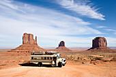 Blick auf einen Amerikanischen Schulbus mit einer Frau an der Eingangstür im Monument Valley, Arizona, USA