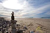 Blick über einen Strand mit einem Steinmännchen im Vordergrund, Punta Conejo, Baja California Süd, Mexiko