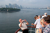 Departure from New York City, Passengers taking pictures on the afterdeck, quarterdeck, skyline New York City in the background, Cruise liner, Queen Mary 2, New York City, USA