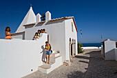 Kapelle Ermida Nossa Senhora da Rocha, weisse Kirche, Touristen, blauer Himmel, Armacao de Pera, Algarve, Portugal