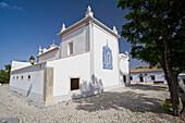 Aussenansicht der Kirche Igreja Sao Lourenco, weiss getuencht, Kapelle, Almancil, Algarve, Portugal
