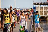 Passanten am Faehrhafen von Tavira, Tourismus, angekommene Faehre von der Ilha de Tavira, Olhao, Algarve, Portugal
