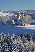 Wintertag, Blick auf St. Märgen, Kirchturm, Bauernhof, Schwarzwald, Baden-Württemberg, Deutschland, Europa