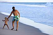 Eine Frau geht mit ihrer kleinen Tochter an der Hand am Strand entlang, Punta Conejo, Baja California Sur, Mexiko, Amerika