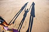 Blick auf den Schatten einer Familie im Sand, Punta Conejo, Baja California Sur, Mexiko, Amerika