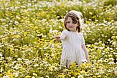 Aussen, Blume, Blumen, Blumenstrauss, Draussen, Eine Person, Eins, Farbe, Freizeit, Geben, Gelb, Gras, Halbfigur, Halten, Kind, Kinder, Kindheit, Kleinkind, Kleinkinder, Land, Mädchen, Mensch, Menschen, Schauen, Sonnig, Stehen, Stehend, Tageszeit, Unschul
