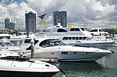 AUSTRALIA - Queensland - GOLD COAST - Surfer´s Paradise: Yachts at the Marina Mirage