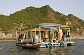 Haus in schwimmendem Fischerdorf in der Halong Bucht im Golf von Tonkin, Vietnam, Asien