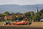 Zuckerrübenernte, Erntemaschine, Verlademaus, Traktor, Feld, Anhänger, Dorf, Kirchturm, Hügellandschaft