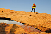 Hiker, Mesa Arch, Canyonlands Nationalpark, Utah, USA