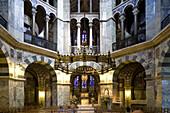 Blick in das Oktogon des Aachener Doms, Aachen, Nordrhein-Westfalen, Deutschland, Europa