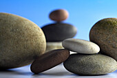 Steine auf blauem Hintergrund, Zen