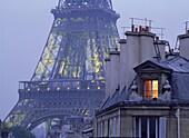 Warmes Licht in einer Wohnung in der Nähe vom Eiffelturm, Paris, Frankreich