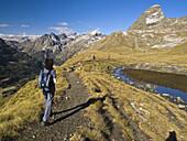 Senderistas camino del Pico Salvaguardia _ Valle de Benasque _ Pirineo Aragonés