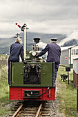 Locomotora a vapor en un pueblo de Gales,  Reino Unido.,  Steam locomotive in a village in Wales,  UK.