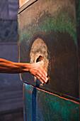 Kuppelraum, die sogenannte schwitzende Säule, mit einer öffnung, steckt man seinen Daumen in die öffnung und dreht ihn 360 Grad, darf man sich was wünschen, Istanbul