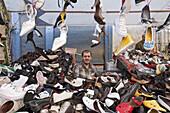 Schuhhändler, Absatzschuhe, Wochenmarkt in den Gassen von Tarlabasi unterhalb Stadtviertel Beyoglu, Istanbul