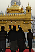 Golden Temple, pilgrims in the entrance, Sikh holy place, Amritsar, Punjab, India, Asia