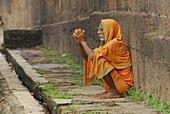 Old pilgrim in front of Lingaraja Temple, Bhubaneshwar, Orissa, India, Asia
