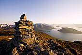 Steinhaufen als Gipfelmarkierung auf dem Malmangersnuten mit Blick auf den Hardangerfjord, Folgefonn Halbinsel, Kvinnherad, Hardanger, Hordaland, Norwegen, Skandinavien, Europa