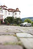 Cabrio vor Schloss Neuweier, Baden-Baden, Schwarzwald, Baden-Württemberg, Deutschland