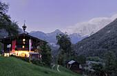 Gasthof Enzian vor Kaisergebirge am Abend, Kaisertal, Ebbs, Tirol, Österreich