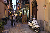 Blick entlang einer Straße zu einem Kirchturm, Palermo, Sizilien, Italien