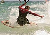 Aussen, Brandung, Draussen, Erwachsener, Fit, Fly-surfing, Gesund, In form, In guter Form, Kite-boarding, Kite-surf, Kiteboarding, Kitesurf, Kitesurfing, Mann, Mensch, Spaß, Sport, Surf, Surfen, Surfer, Übung, A75-901912, agefotostock