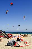 Aussen, Cádiz, Draussen, Europa, Fly-surfing, Kite-boarding, Kite-surf, Kiteboarding, Kitesurf, Kitesurfing, Punta Paloma, Sand, Sommer, Spanien, Strand, Surf, Surfen, Tarifa, Valdevaqueros, A75-901919, agefotostock