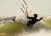 Ausrüstung, Aussen, Brandung, Drachen, Draussen, Erwachsener, Fit, Fly-surfing, Gesund, Horizontal, In form, In guter Form, Kite-boarding, Kite-surf, Kiteboarding, Kitesurf, Mann, Meer, Mensch, Spaß, Sport, Strand, Strände, Surf, Surfen, Surfer, Übung, Ve