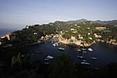 Blick von oben auf die Hafenstadt Portofino, Ligurien, Italien, Europa