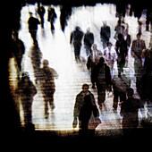 Anonymität, Berufspendler, Bewegung, Erwachsene, Erwachsener, Farbe, Gehen, Gehend, Gehende, Idee, Ideen, Isolation, Isolierung, Mensch, Menschen, Pendler, Silhouette, Silhouetten, Spezialeffekte, Zurückziehen, B75-855230, agefotostock