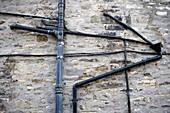 Aussen, Draussen, Farbe, Form, Formen, Gestalt, Gestalten, Horizontal, Kabel, Konzept, Konzepte, Mauer, Mauern, Rohr, Rohre, Schwarz, Tageszeit, Wand, Wände, B75-969384, agefotostock